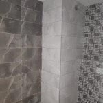 הדבקה על קרמיקה במקלחת