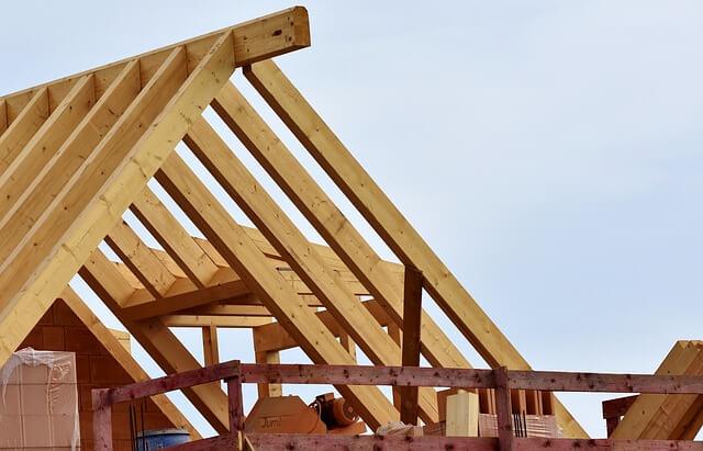 במהלך בניית יחידת דיור בגג